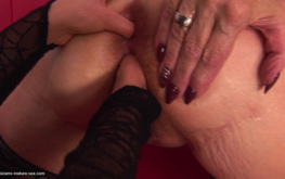 Big-bottomed mature blonde adores hardcore fisting